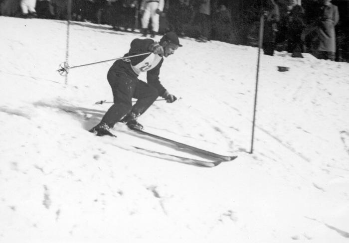 Eero Rimpiläinen pujottelee Puijolla vuonna 1955.