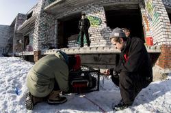Nipwitz Venäjällä. Vinssimme Seitan tykkää temppuilla. Huoltotauko hylätyn rakennuksen pihalla valvovan silmän alla.