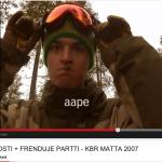 Kuvakaappaus KBR:n Matta-elokuvan OKKO&KOSTI + FRENDUJE PARTTI -videosta. Kuvassa Aarni Toiviainen.