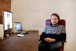 Elias Markkula työhuoneellaan. Kuva: Arttu Muukkonen