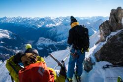 Mikko virittämässä ankkuria korkealla Pohjois-Italian Alppien yläpuolella Aiguille d'Entreves'n topissa. Kuva: Miku Merikanto