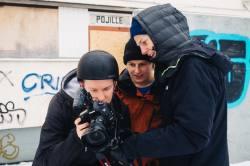 Juho Kilkki ja Ilkka Hannula ihailevat Janne Korpelan kuvaamaa materiaalia suoraan näytöltä. Kuva: Kimmo Korpela