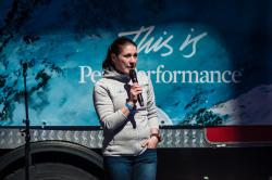 Vuoristopelastaja Merja Bergwall puhui tuurin korvaamisesta tiedolla vuorilla liikuttaessa yhdessä vuoristo-opas Anders Bergwallin kanssa.